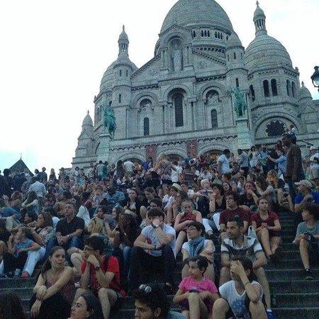 Basilique du Sacré-Cœur de Montmartre : люди собираются и поют