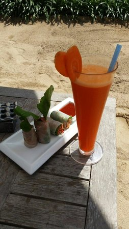 The Breezes Bali Resort & Spa: Beef rice paper rolls and a fresh carrot juice by the poolside. Healthy and yum :)