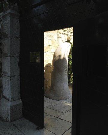La Colombe d'Or : Understated Entrance