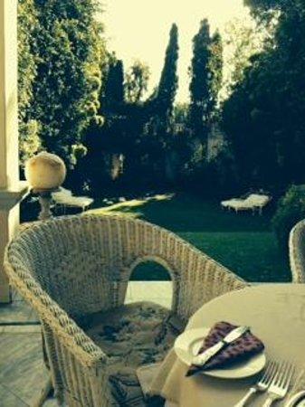 Illyria House: Завтрак на террасе
