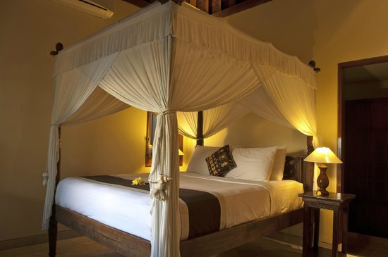Villa Diana Bali: The queen sized bed in one of our private villa rooms