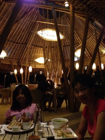Hai Tide Beach Resort: This is hai bar & grill at Hai Tide Huts. The foods are exellent