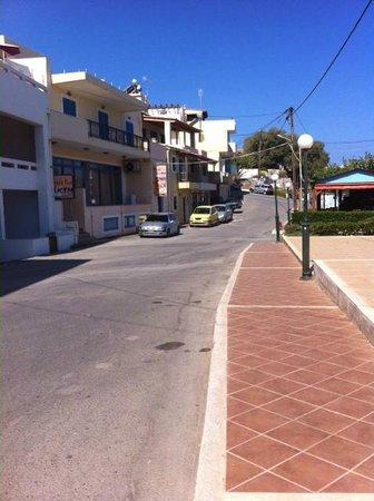 Marelina Villas & Apartments: strada di fronte l'albergo