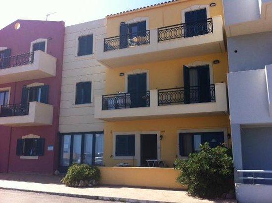 Marelina Villas & Apartments: Facciata dell'albergo