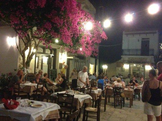 Marelina Villas & Apartments: Esempi di tavernedistanti poche centinaia di metri dall'albergo