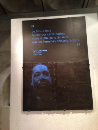 Museum of Gallo-Roman Civilization: Video projection and audio playback over an ancient speech