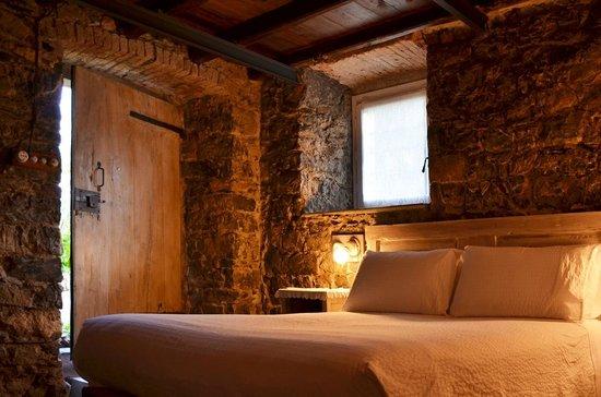 Rustica Camera Matrimoniale Con Bagno In Pietra A Vista