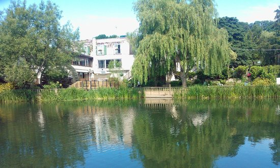 Old Mill Hotel: View of Hotel and Gardens from across River Avon