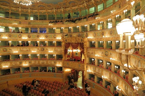 Teatro La Fenice : ボックス席からの貴賓席方向の眺め