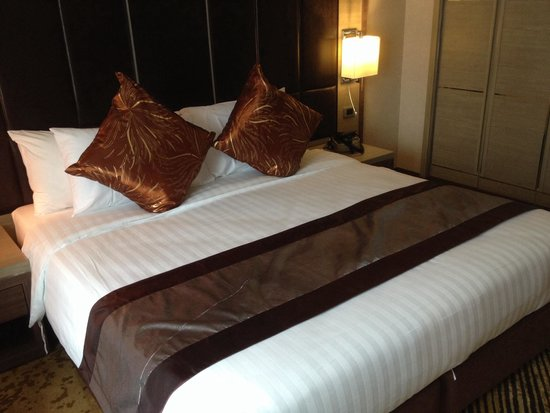 Grand Swiss Sukhumvit 11 by Compass Hospitality: Grand premium king size bed