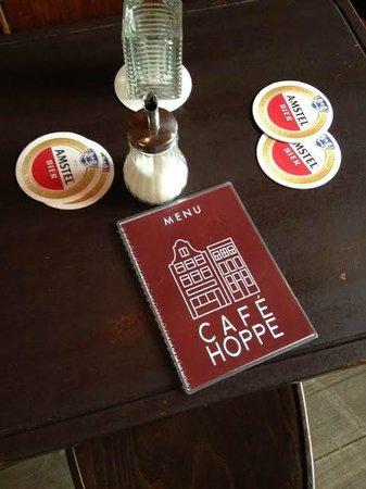 Cafe Hoppe: Деревянные столы в кафе