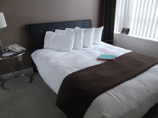 Carmana Plaza: Smaller bed in business suite