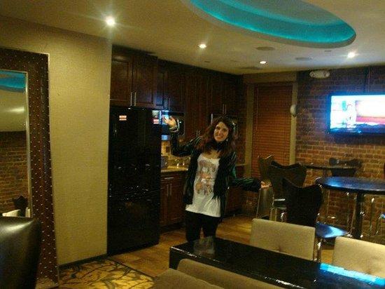 Broadway Hotel and Hostel : sala comun con heladera, microondas, sillas, tv, etc