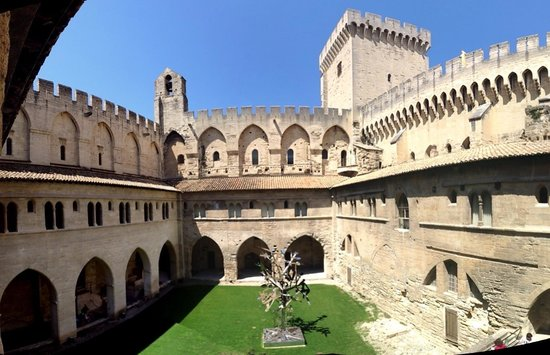 Pope's Palace (Palais des Papes): Inner courtyard