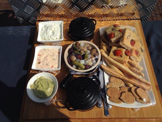 Marataba Safari Lodge: Food on the boat safari - along with wine, beer etc .