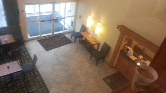 Comfort Inn North Polaris: Looking down at Front Lobby from our floor