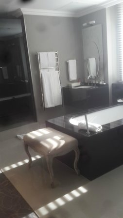 Queen Victoria Hotel: Bathroom