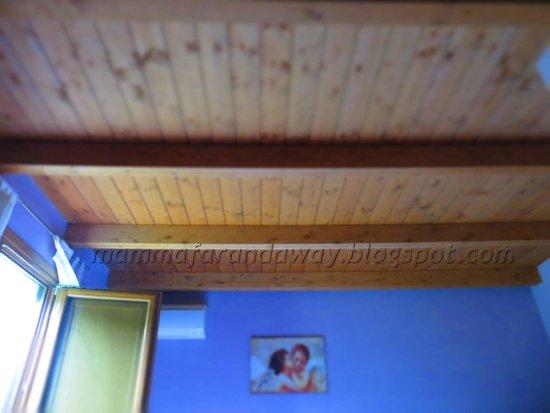 Agriturismo Angelini : Dettaglio del soffitto in travi di legno