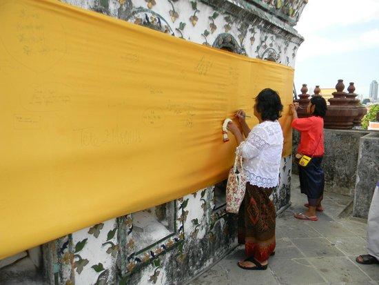 Wat Arun (Tempel der Morgenröte): visitors writing messages on silk mural