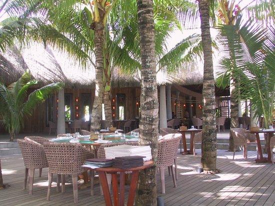 Trou aux Biches Beachcomber Golf Resort & Spa: Restaurant Le Deck sous les palmiers
