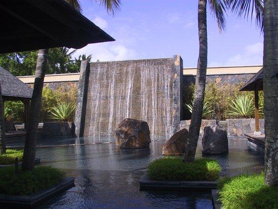 Trou aux Biches Beachcomber Golf Resort & Spa: Cascade décorative entre les restaurants Caravelle et Il Corallo
