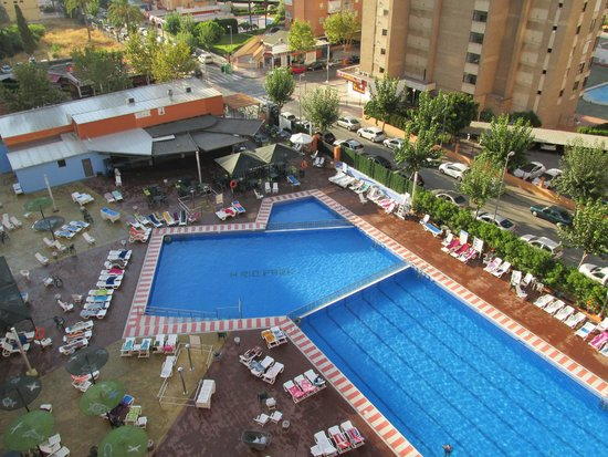 MedPlaya Hotel Rio Park: pool area around 16:00
