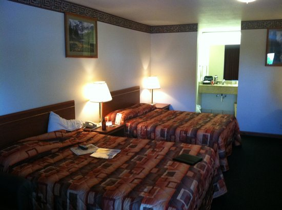 Express Inn and Suites : Two beds,love seat and desk
