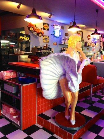 1950 American Diner: Marylin svolazza la sua gonna dall'altra parte del bancone