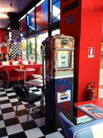 1950 American Diner: Una vecchia colonna per la benzina