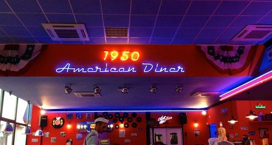 1950 American Diner: L'insegna luminosa al neo sul soffitto all'interno del locale