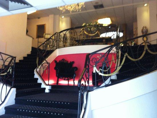 Hotel Mercure Lourdes Imperial: Escalier menant au salon