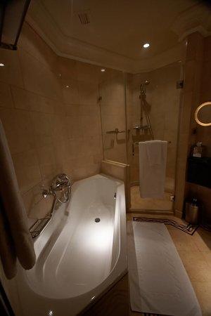 Phoenicia Hotel : Bathroom