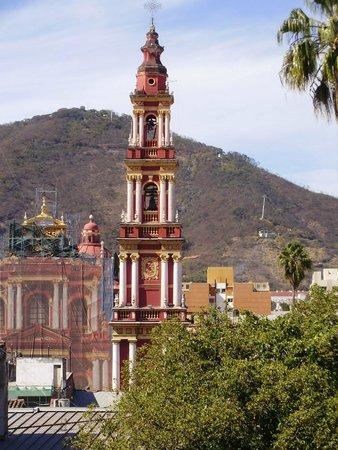 Vista desde el 4to. piso del Hotel Salta, Iglesia de San Francisco y Cerro San Bernardo.