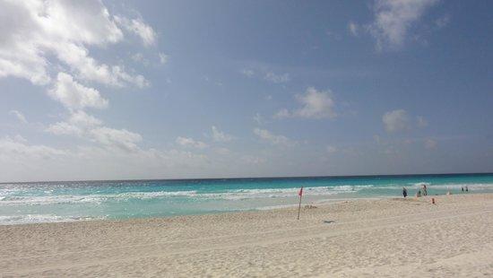 Sandos Cancun Lifestyle Resort : Pool/Beach area