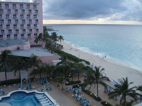 Hotel Riu Palace Paradise Island: Desde el balcón de la habitación, vista a la pileta y playa