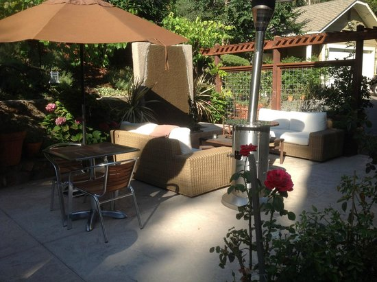 The Chanric Inn: The outdoor patio dining area.