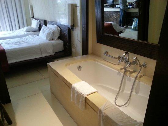 Veranda Resort and Spa Hua Hin Cha Am - MGallery Collection : Bathtub is quite old.