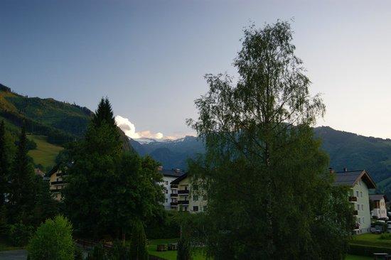 Verwöhnhotel Votters Sportkristall: Sportkristall - view from balcony towards Kitzsteinhorn