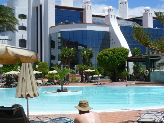 H10 Timanfaya Palace: View of hotel from shallow pool
