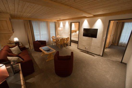 Hotel Bernerhof Gstaad: Suite mit zwei Schlafzimmern, Wohnraum und zwei Bädern