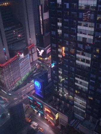 Millennium Broadway New York Times Square: 明け方のタイムズスクエアを見下ろす