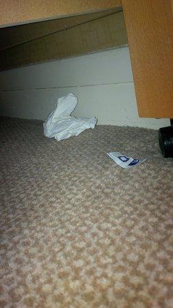 Hilton Aberdeen Treetops Hotel: Rubbish under the bed