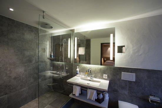 Hotel Bernerhof Gstaad: Badezimmer (Suite)