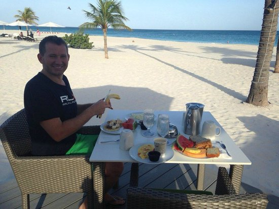 Bucuti & Tara Beach Resort Aruba: Breakfast near the beach - heavenly