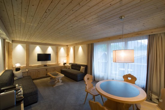 Hotel Bernerhof Gstaad: Wohnraum Family Suite