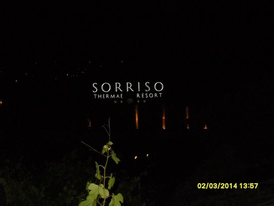 Sorriso Thermae Resort & Spa: PER TORNARE DI NOTTE L'INSEGNA LUMINOSA DELL'HOTEL