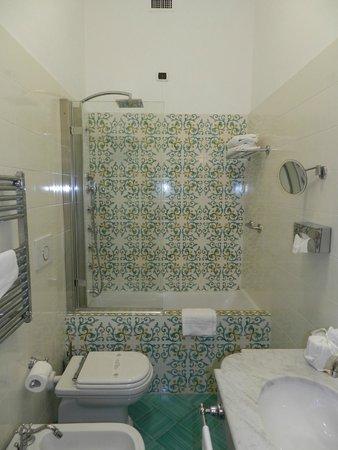 Hotel Villa Garden: Bathroom of a double room with balcony