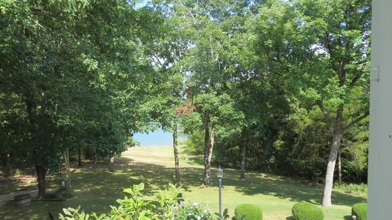 Anchor Inn on the Lake Bed & Breakfast: beautiful backyard on lake
