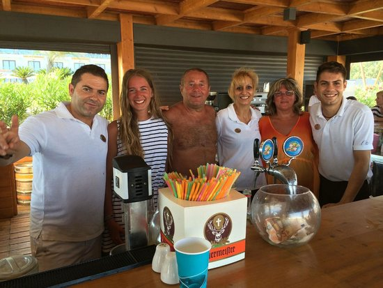 Mitsis Alila Resort & Spa: With the lovely beach bar staff. Pleasure to meet you!