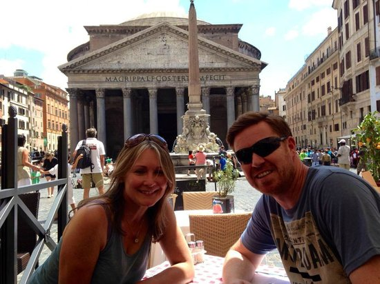 Colonna Palace Hotel: Lunch nearby, looking onto The Pantheon